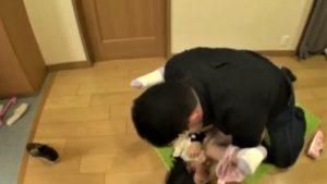 【ロリレイプ】「おじさんだれ…?ヤメてぇ!」家に押し入り嫌がる留守番パイパン幼女を無理やり犯す鬼畜おっさん