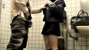 ※顔あり即消注意【個人撮影 jk援交盗撮】ガチロリ女子高生ビッチが多目的トイレでオッサンと円光ハメ撮り流出