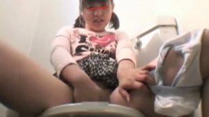 ※顔出し注意【jsオナニー調教】小◯生の娘に小遣いやってトイレで自慰させて撮りさせ売る鬼畜ロリコンパパ