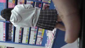 高画質【jcパンチラ盗撮】本屋でロリ美少女のスカート中を逆さ撮り盗撮する鬼畜ロリコンがエグい